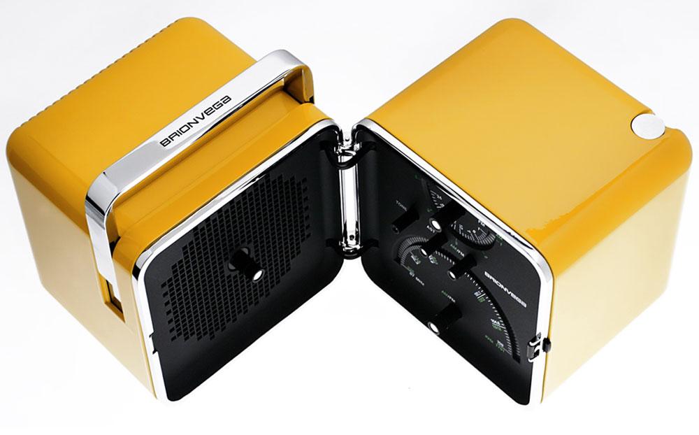 Cubo radio in plastica gialla con interni bianchi e neri