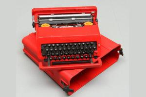 Macchina da scrivere Olivetti con scocca rossa in plastica