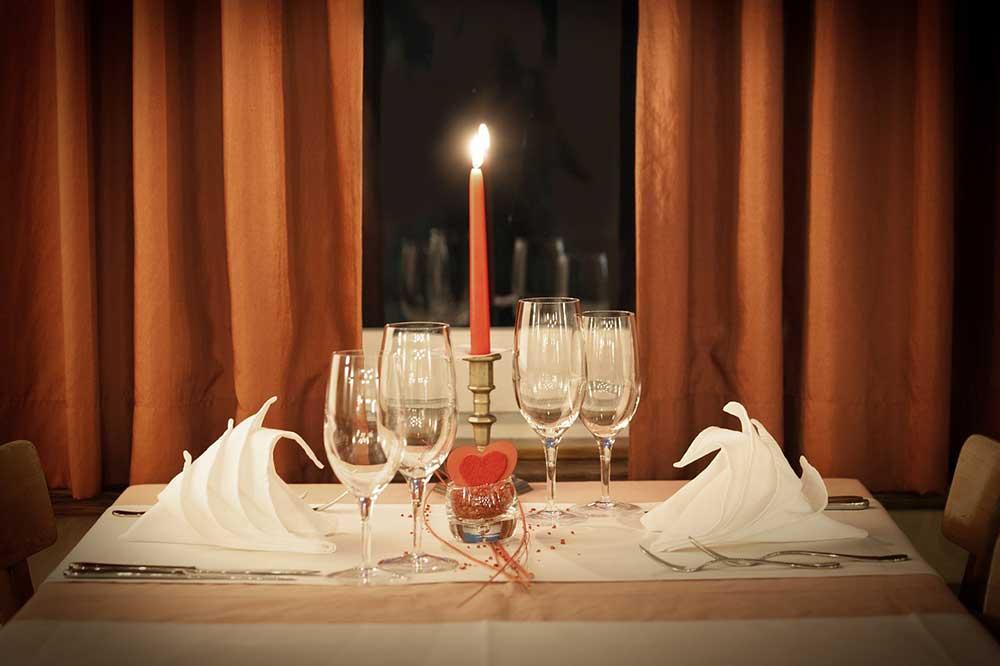 tavola per cena romantica
