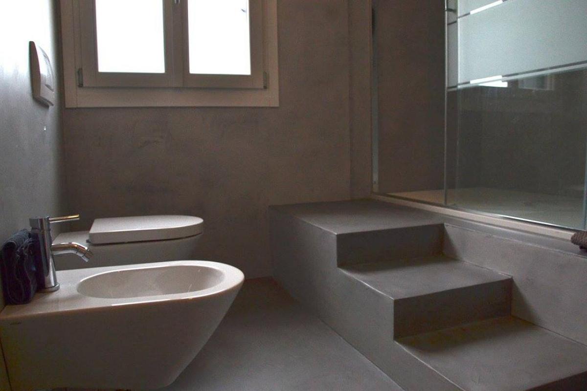 Bagno con rivestimento in resina semplicit ed eleganza - Rivestimento resina bagno ...