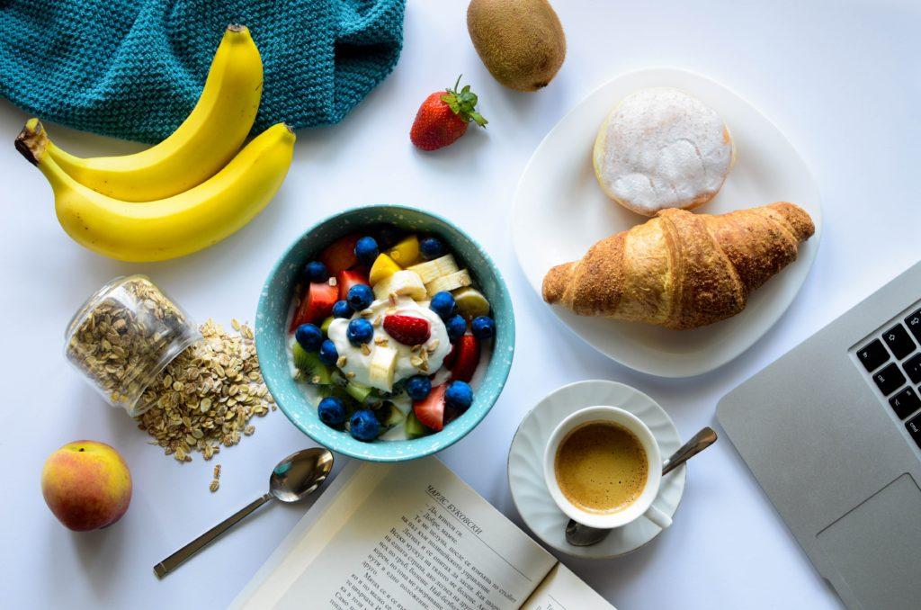 colazione italiana sana sostenibile marmellata frutta fresca secca