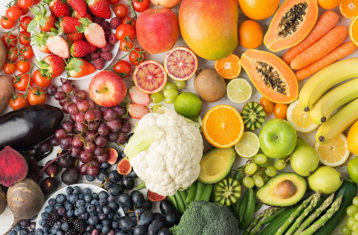 Il raccolto di maggio: ortaggi, legumi e frutta di stagione
