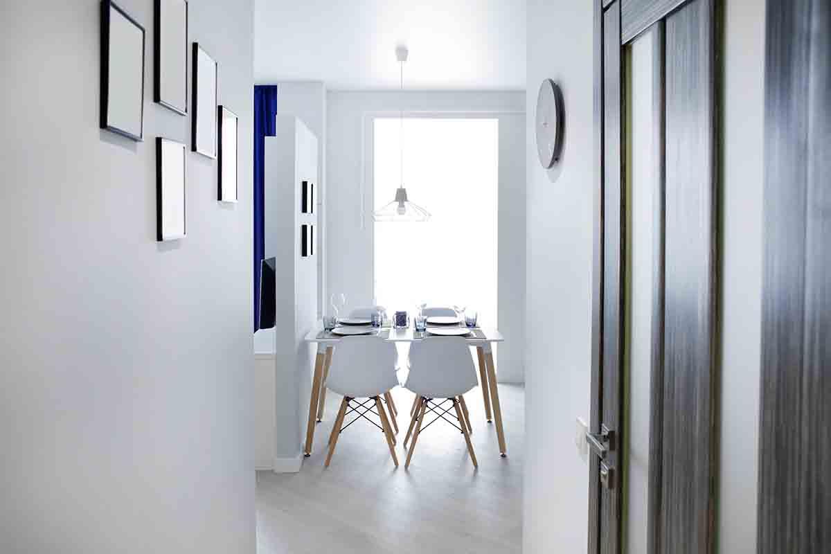 Arredare un corridoio stretto e lungo 5 consigli di design - Decorar pasillos con cuadros ...