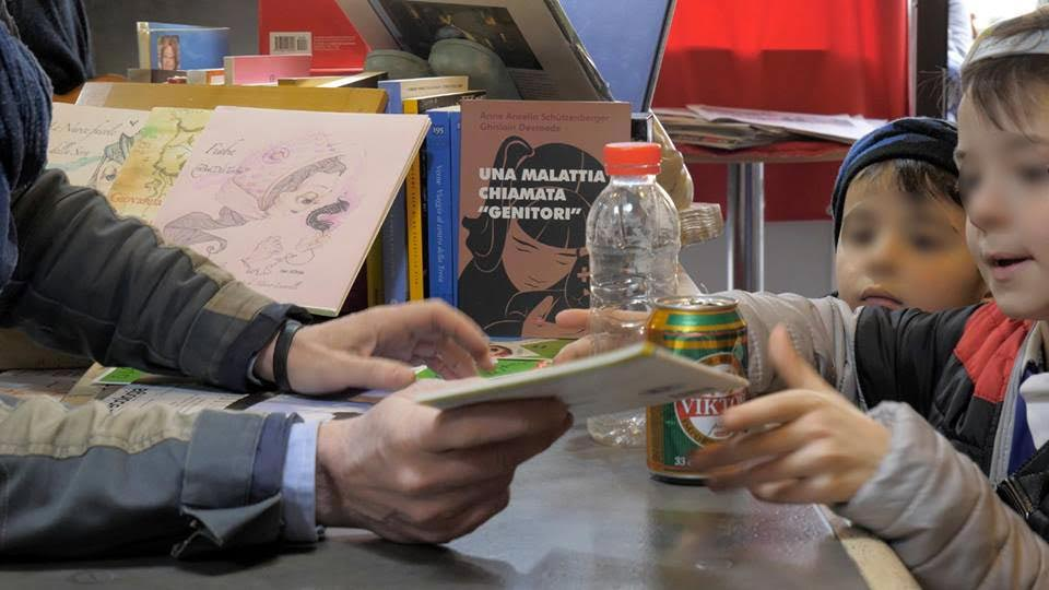 libro sospeso in cambio di plastica