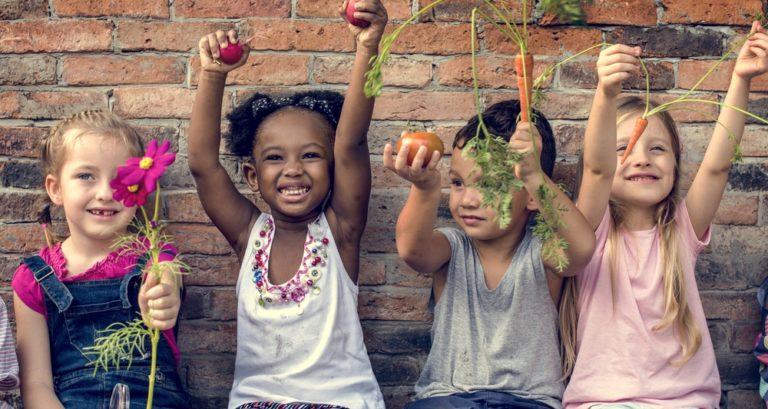 Meno cellulari e più natura per i bambini: salviamo la creatività di domani