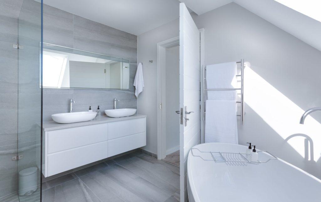Specchio su lavabo bagno