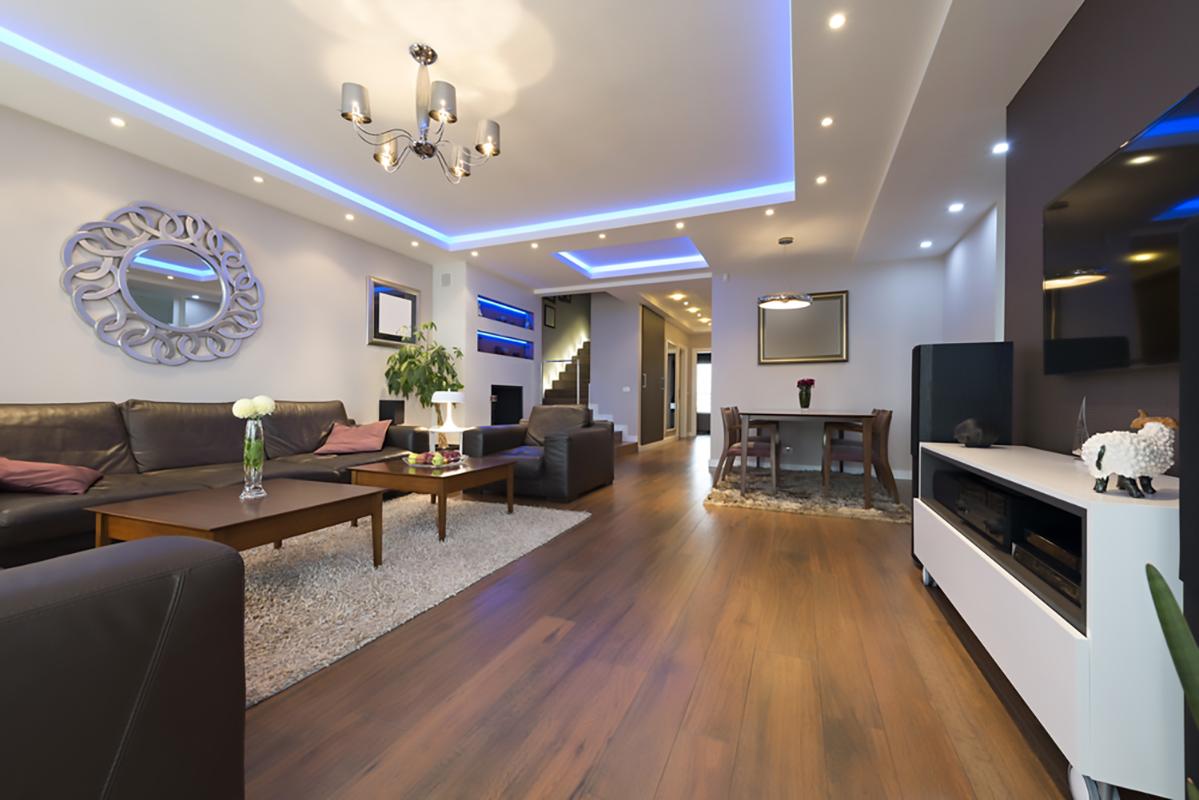 Ambiente luxury con moderne plafoniere Foto di FoamFoto su Shutterstocl