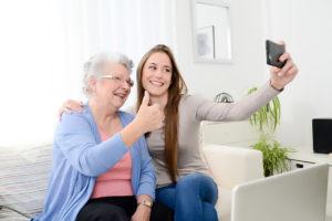 Nonna e nipote con smartphone