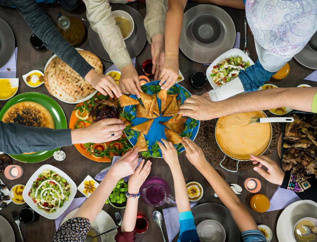 Tavolo apparecchiato con cibo