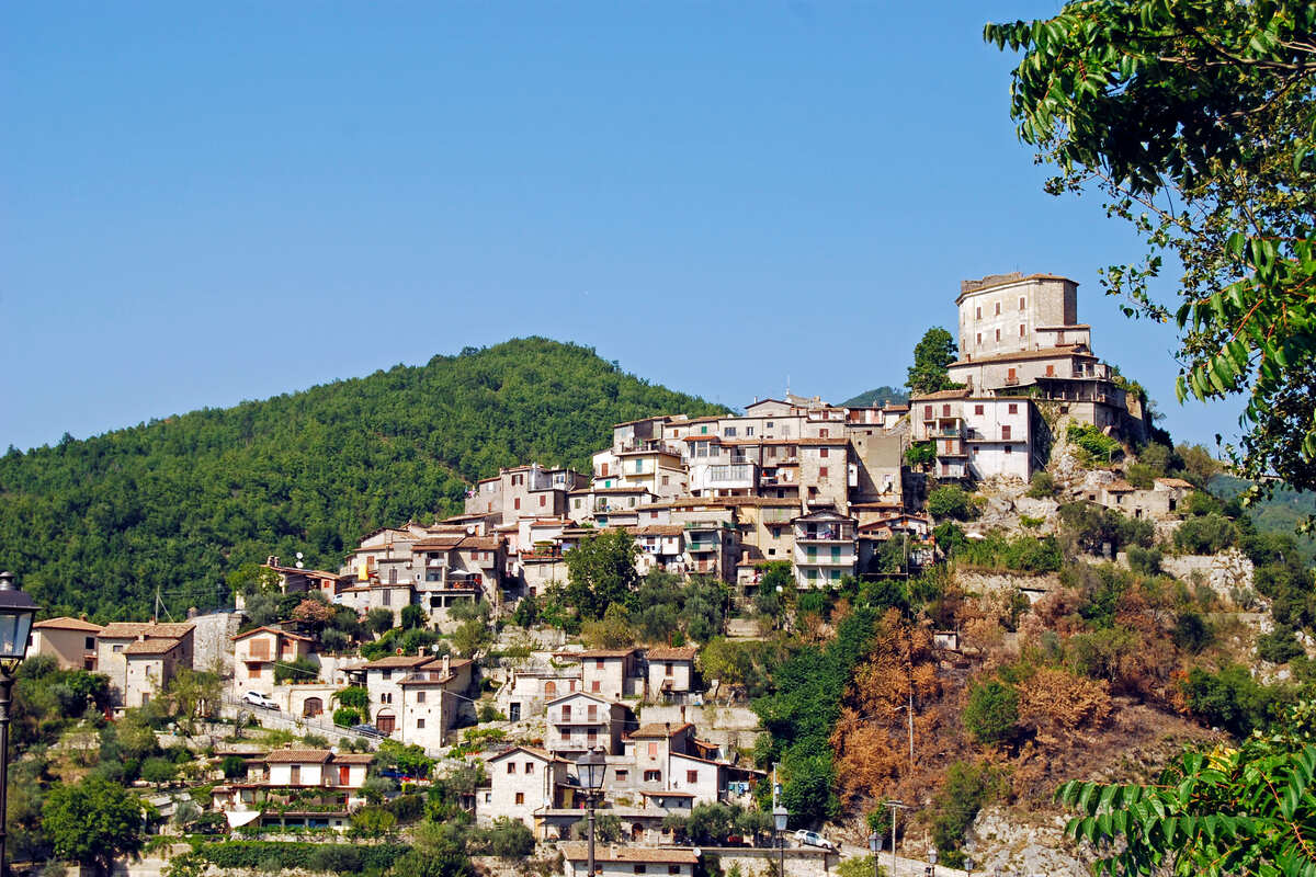 Il borgo di Castel di Tora: il presepe sulle acque si trova nel Lazio