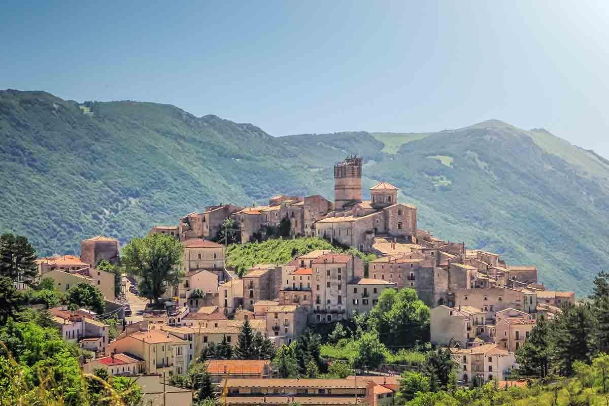 Il borgo di Castel del Monte: natura e storia nella capitale dei pastori