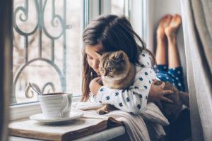Abitare con cani e gatti rende felici, la scienza spiega perché