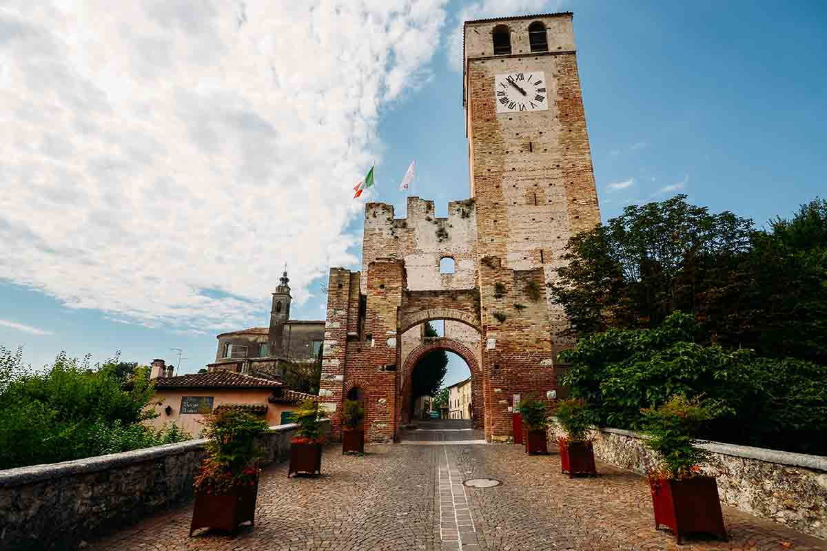 Il borgo di Castellaro Lagusello: atmosfere virgiliane