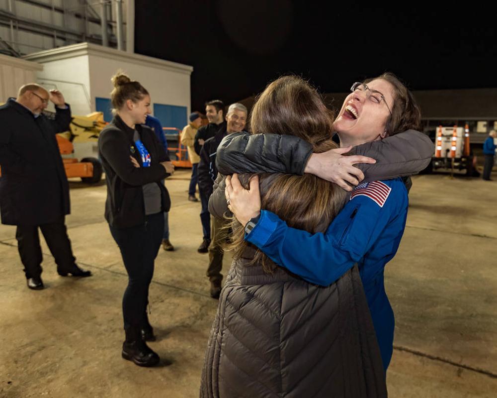 L'astronauta della NASA Christina Koch è tornata sulla Terra giovedì 6 febbraio 2020 dopo aver registrato 328 giorni nello spazio --- il volo spaziale più lungo della storia da parte di una donna --- come membro delle spedizioni 59-60-61 sulla Stazione Spaziale Internazionale . Crediti: NASA / Robert Markowitz