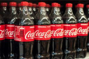 coca cola e bottiglie di plastica