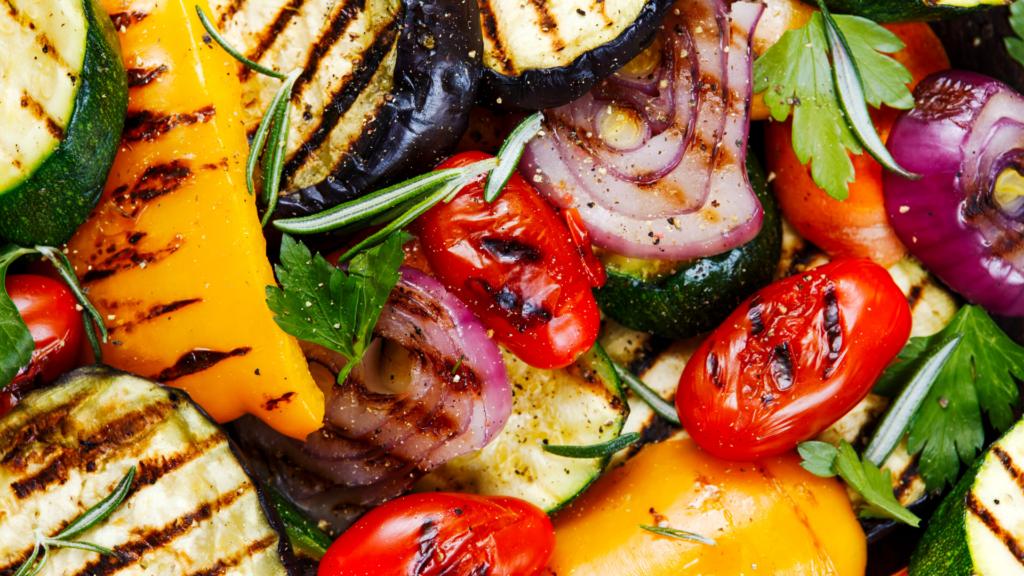 grigliata di verdure barbecue sul balcone