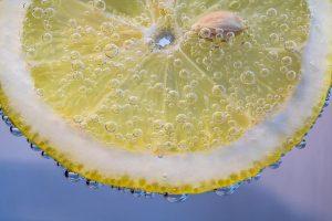 bere acqua e limone fa bene
