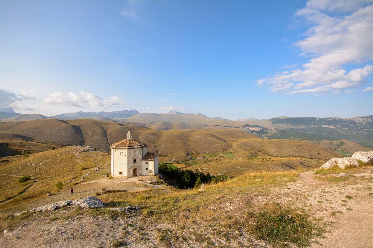 La chiesa dispersa su un'altura a Rocca Calascio