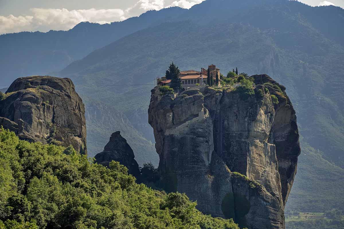 Monastero sospeso nel vuoto in Grecia: un viaggio perfetto in solitaria