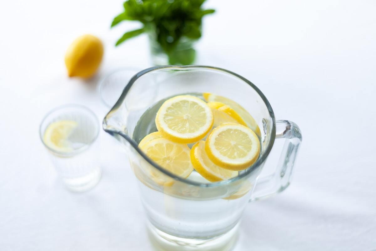 bere acqua e limone fa bene alla salute?