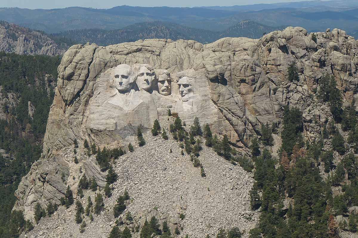 Chi sono le persone scolpite nella roccia del monte Rushmore?