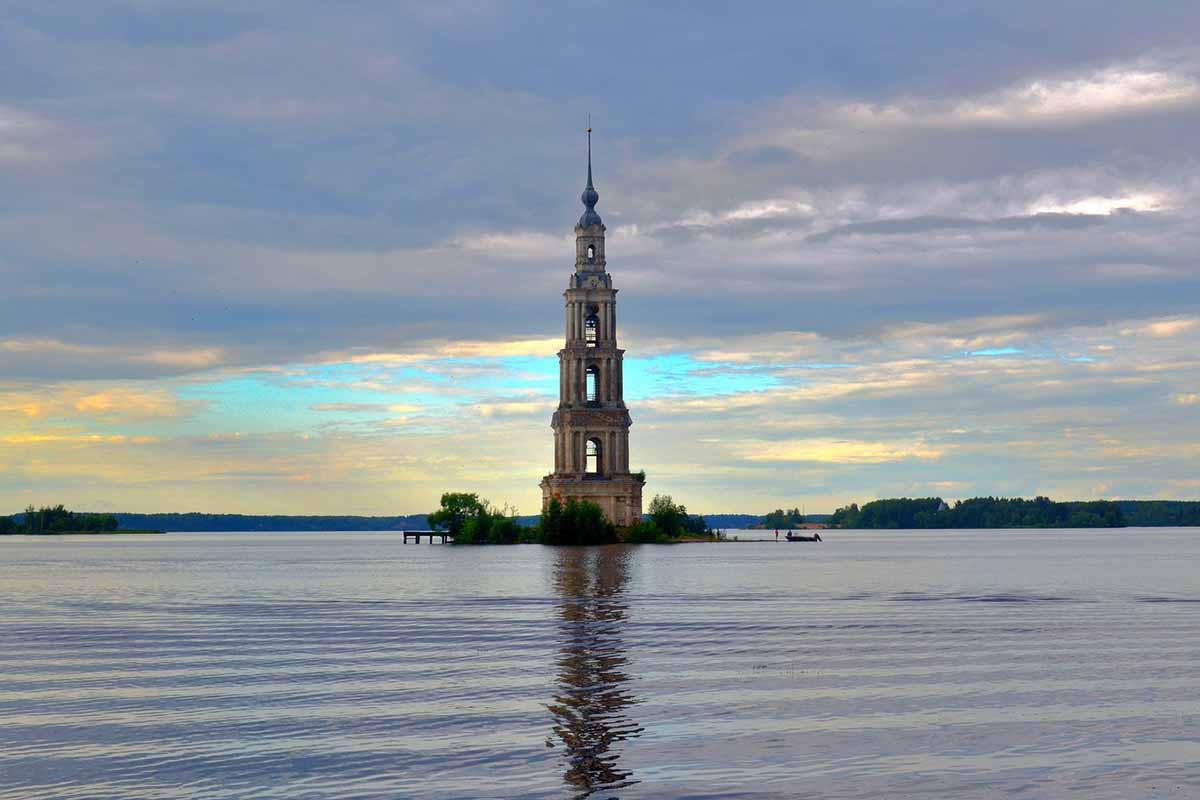 Campanile solitario in mezzo all'acqua: tra meraviglia e mistero