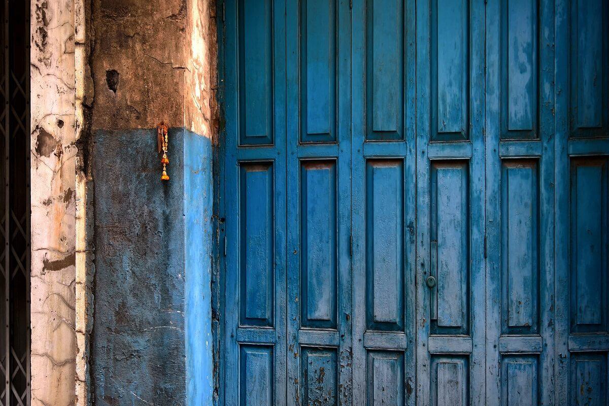 verniciare una vecchia porta di legno 2