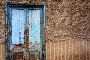 verniciare una vecchia porta di legno unsplash