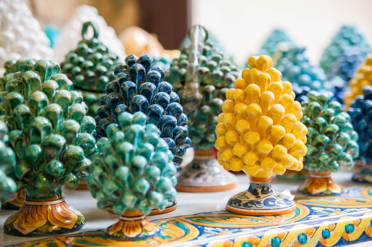 Pillole di interior design: decorare casa con le Teste di Moro e le Pigne siciliane