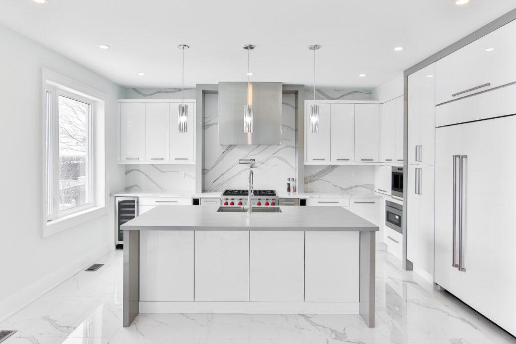 Combinare il colore della cucina con il pavimento in marmo