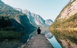 paesaggio di montagna con lago e pontile
