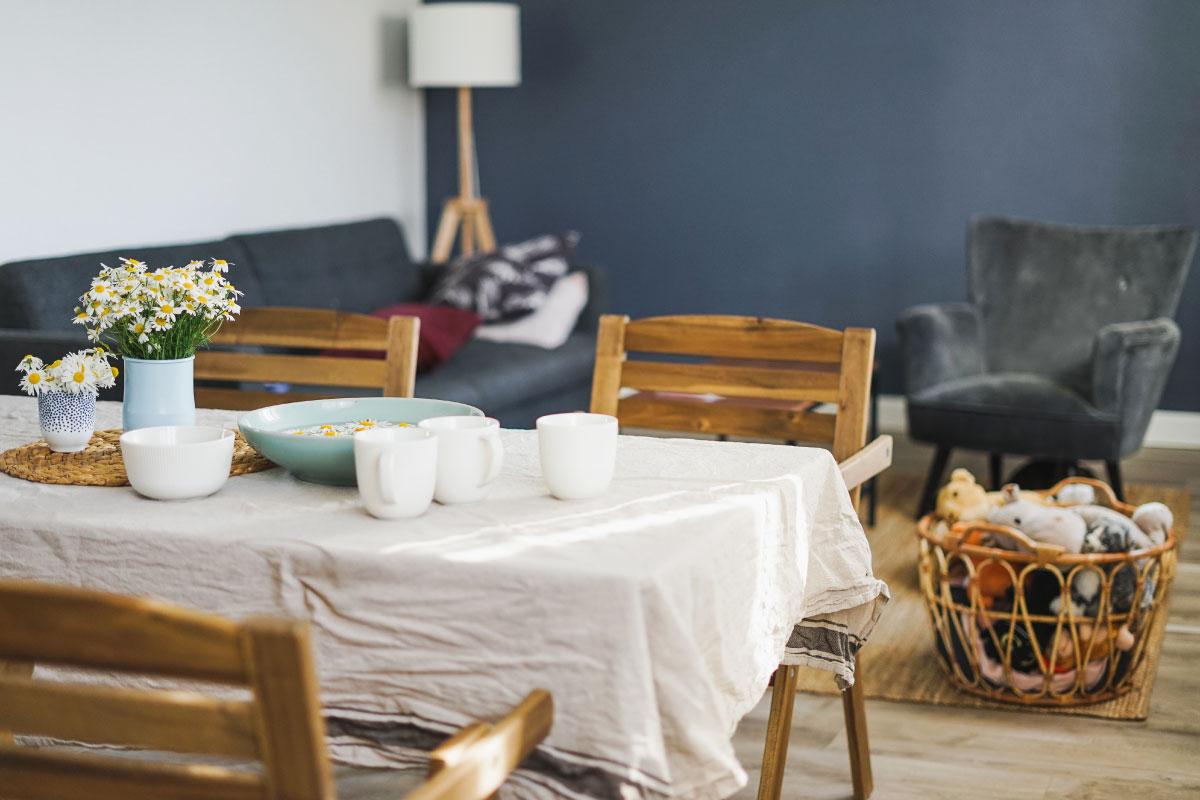 Tendenza Cottagecore stile che celebra il ritorno alla vita campestre e alla semplicità