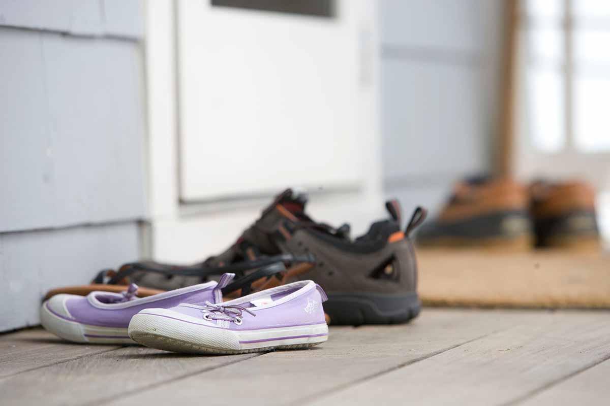 togliere le scarpe prima di entrare a casa