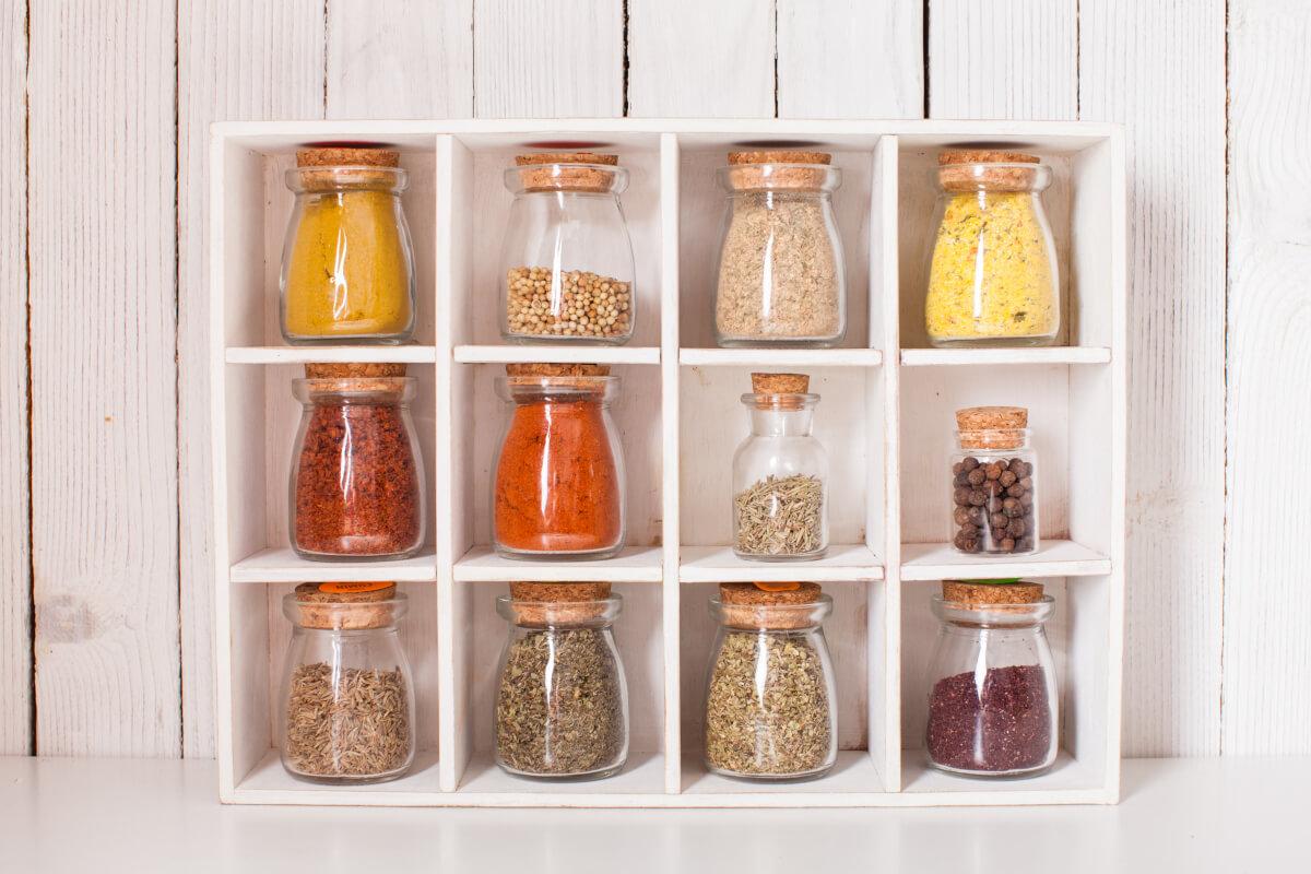 colorare la cucina con i vasetti di spezie