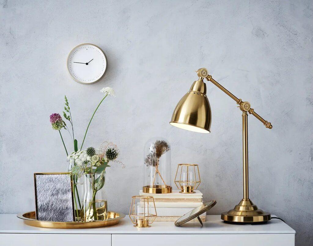 vassoi, barattoli, vasi decorativi, orologi, applique in stile rococò, cornici e specchiere
