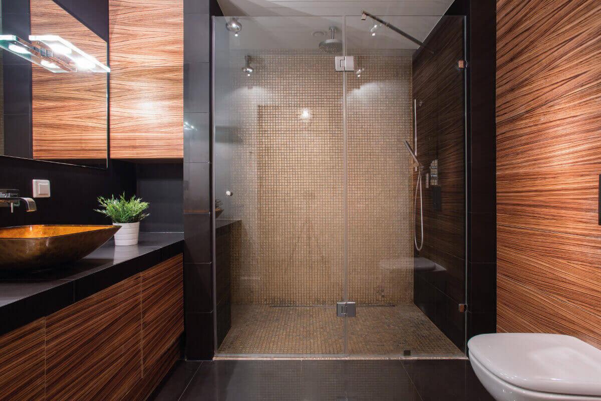 Dove posizionare la doccia nella stanza da bagno moderna