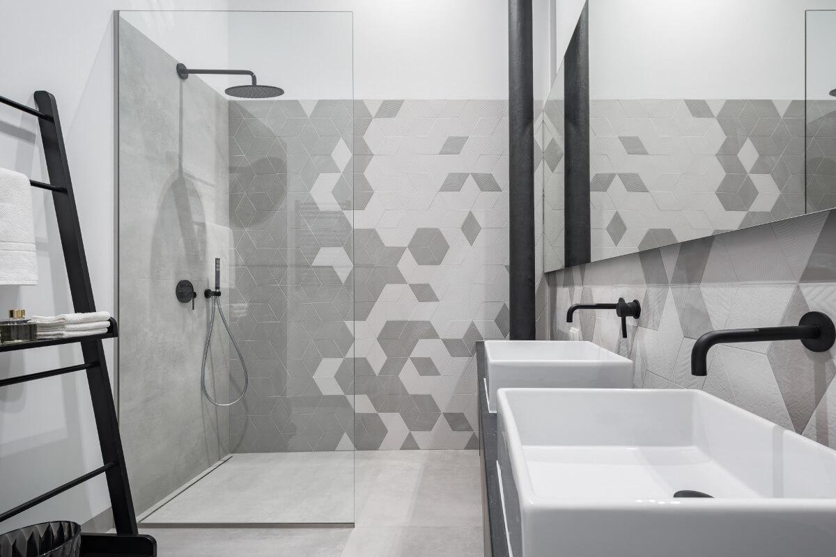Scegliere le piastrelle adatte ad un bagno piccolo con doccia