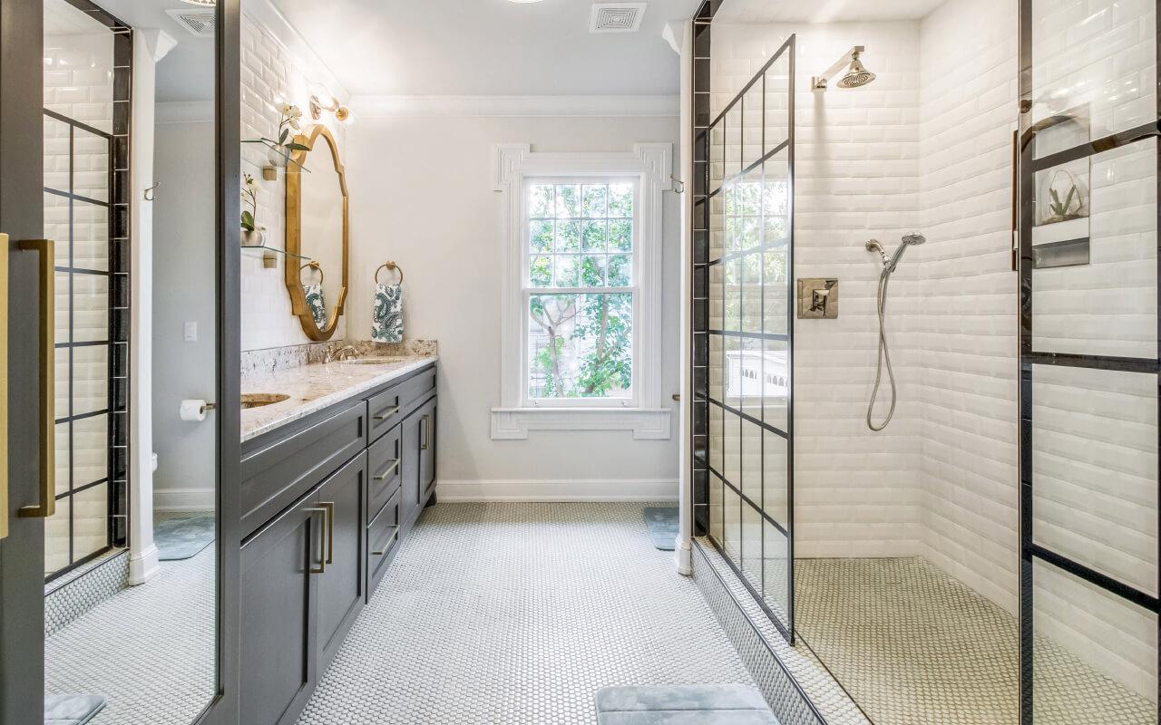 Ristrutturare un bagno lungo e stretto in stile classico