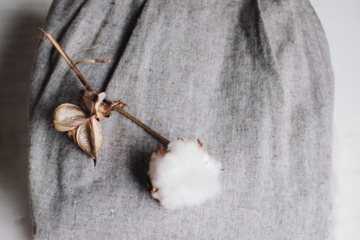 Le iniziative sostenibili nel mondo le sciarpe dipinte con lo smog per ridurre l'inquinamento