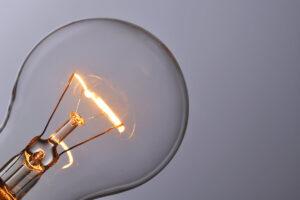 Risparmiare energia elettrica - lampadina incandescente