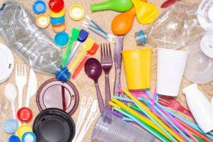 La plastica monouso viene bandita in tutta Europa