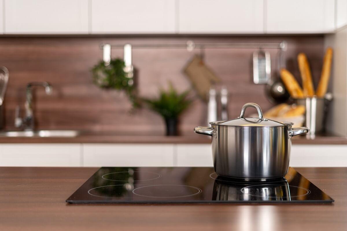 Come scegliere il piano a induzione per la cucina in una casa domotica